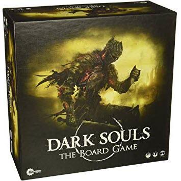 91m5eqRnzGL. SY355 <em>Al principio, el mundo no tenía forma; no era más que un lugar gris envuelto en niebla y despojado de toda luz. Lo poco de este mundo que existía estaba regido por los dragones eternos, señores de los desolados riscos grises y los gigantescos árboles antiguos. Era esta la Edad Antigua, que perduraría por siglos hasta el advenimiento de la Primera Llama.</em> Dark Souls?: The Board Game es un juego de mesa cooperativo para entre 1 y 4 jugadores que consiste en la superación de mazmorras. Si quieren ganar, los jugadores tendrán que elaborar tácticas y colaborar entre sí para conseguir derrotar a los enemigos antes del enfrentamiento final con el jefe. Los jugadores irán descubriendo diversos patrones de ataque específicos y las debilidades de los enemigos, pero tendrán que tener mucho cuidado. Si el personaje de un jugador muere, la partida no termina, pero comenzar de nuevo tendrá un precio. Cada vez que un personaje caiga en combate, todo el equipo deberá regresar a la hoguera y los enemigos se recuperarán por completo. Usa tus recursos con moderación, aprende rápido y prepárate para morir.